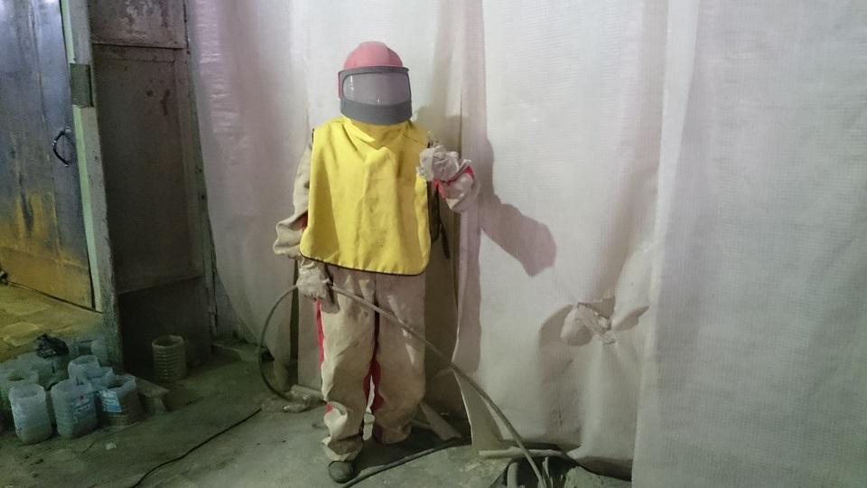 Камера и костюм для пескоструйной обработки радиатора отопления.